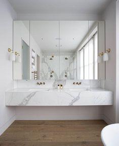 Ein schwimmendes Marmor-Eitelkeitsoberseite gibt ein Gefühl des Luxus zum Raum