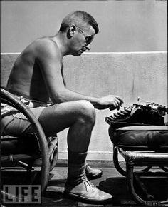 En pantalón corto y con máquina de escribir. William Faulkner, 1943.