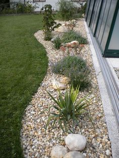 Simple But Effective Front Yard Landscaping Ideas on a Budget Vorgarten-Landschaftsbau-Ideen - N Front Yard Decor, Small Front Yard Landscaping, Landscaping With Rocks, Mulch Landscaping, Landscaping Design, Mailbox Landscaping, River Rock Landscaping, Backyard Designs, Landscape Front Yards
