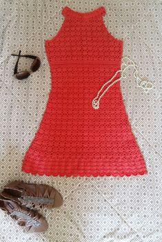 Vestido confeccionado em crochet, com dois fios da linha Camila da círculo, 100% algodão. Tam P. Comprimento 80cm. Acompanha combinação! Para mais informações, favor entrar em contato com o vendedor. Vista crochet, e seja glamourosa!