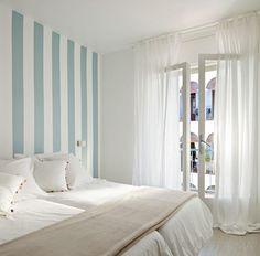 Dormitorio estilo mediterraneo color azul cielo, beige, blanco diseñado por Montse  - Decorador