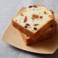 ホワイトチョコレートを使った、しっとりしたパウンドケーキのレシピ。ドライフルーツとホワイトチョコのハーモニーが絶妙。お好きなドライフルーツでお作りくださいね。