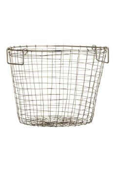 Small wire basket: Basket in metal wire with two handles at the top. Height 16 cm, diameter 21 cm.