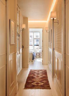 Pasillos, los grandes olvidados – PAZ UGENA Wainscoting Panels, Black Doors, Home Decor Furniture, Porch Decorating, Entryway Decor, Home Interior Design, Small Spaces, Home And Family, Sweet Home