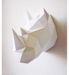 Trophée en papier Rhinocéros - Blanc. - Matière : Papier origami - Caractéristiques : Fourni à plat, à monter soi-même - Couleur : Blanc - Dimension : 39 x 27 x 40 cm