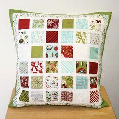 New Patchwork Christmas Quilt Charm Pack Ideas Charm Pack Quilt Patterns, Charm Pack Quilts, Charm Quilt, Patchwork Cushion, Quilted Pillow, Small Quilts, Mini Quilts, Christmas Quilting Projects, Christmas Cushions
