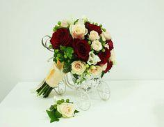 Buchet de Mireasa. Trandafiri grena/crem by JuliasRoseShop on Etsy Art Floral, Floral Wreath, Wreaths, Trending Outfits, Etsy, Unique Jewelry, Handmade Gifts, Vintage, Decor