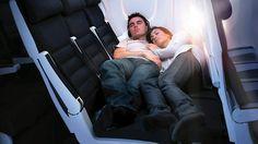 10 советов, как перенести долгий перелет.   Узнайте, как сделать так, чтобы длинный полет пролетел незаметно, и чтобы вы приземлились как новенький. Отличные советы, как пережить длительный авиаперелет, – от того, что делать во время полета, до того, что надеть, – и если вы хорошенько подготовитесь и правильно все упакуете, долгие часы в воздухе могут пролететь незаметно.