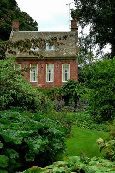 Charming brick cottage with lengthy 9 over 9 home windows - Cottage homes Brick Cottage, Cozy Cottage, Cottage Homes, Cottage Style, Cottage Exterior, Cottage Gardens, Houses Architecture, Bog Garden, Green Garden