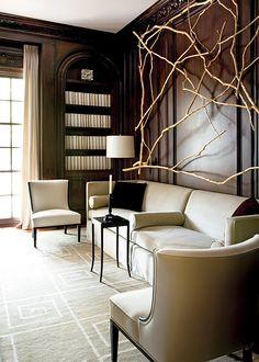 murs sombres, sol clair, siège tenus, porte-fenetre à petits-carreaux