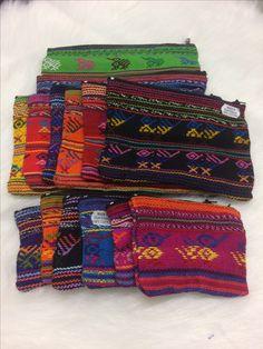 Guatemalassa tehtyjä erikokoisia kukkaroita.