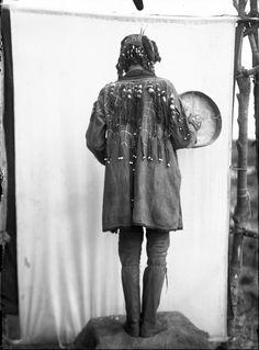 Портрет тунгусского шамана с кожаным бубном, 1901