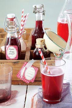 Cranberry-Sirup für Limonade // Eine für Mama, eine für Oma, eine für dennetten Nachbarn… Über selbst gemachten Cranberry-Sirup freut sich wirklich jeder!