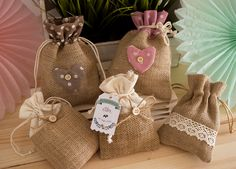 Bolsitas de yute perfectas para regalar a tus invitados de #boda, #comunio… Burlap Crafts, Diy Crafts, Diy Projects To Try, Sewing Projects, Lavender Bags, Burlap Lace, Linen Bag, Ideas Para Fiestas, All Craft