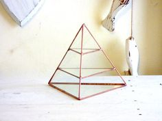 Beautiful geometric stained glass pyramid. Use as your jewelry display box, jewelry organizer or just as a unique hand made gift. Keep your rings, bracelets, necklaces or any other item in this 3 level display box.  Display box size is: 15/15/15 cm  Each one of my items is 100% handmade, carefully handcrafted for you. Each piece is precisely cut, foiled & soldered tougher. I apply the finishing color as selected by you and finally I wax & polish the item…
