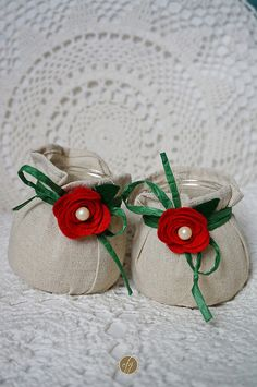 Let's start with Christmas decorations... These candles are rustic and a bit cheerful: the burlap bagis embellished with dark green raffia and felt roses with two tiny pearls, for a touch of shiny...