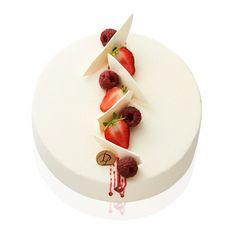 Le Rubis - Mousse chocolat blanc, gelée de framboises, génoise aux amandes parfumée à la framboise.