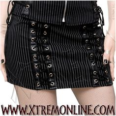 Minifalda con raya diplomática y doble lazo cruzado con detalles en pvc.