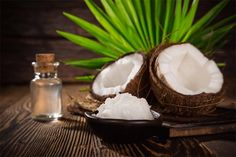 The benefits of coconut oil are numerous; it has great film-forming properties, which is why it is used for its protection. Benefits Of Coconut Oil, Coconut Oil For Skin, Chemist, Oils For Skin, Skin Care, Fruit, Naked, Hands, Food
