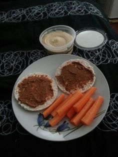 Afternoon tea: rice cakes with almond butter & carrots with hummus.