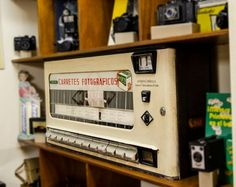 """Entre la multitud de objetos de la tienda de Monferval destaca la famosa máquina expendedora de carretes de los años 60, que proporcionaba el artículo sin crear colas y a modo de autoservicio. Conserva un cartel de puño y letra del propietario del comercio Julián Fernández que dice """"No Funciona""""."""