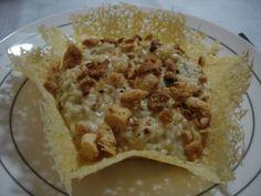 Risoto de mascarpone, alho assado, tomilho, amêndoas tostadas e migalhas de pão na cestinhadeparmesão