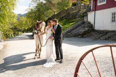 Brudepar ved Øvre-Eide Gårds bryllupslokaler i Bergen. Bergen, Nature, Mountains