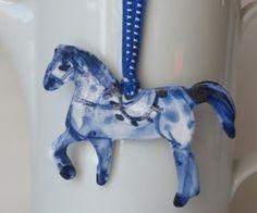 Horse brooch. HarrietDamave. Porcelain.