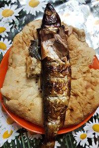 Petit-Déjeuner à Irkousk près du Lac Baïkal. Et vous en reprendrez bien ? Poissons frit et pain plat, typique !