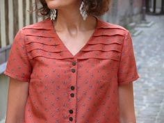 Le top Ursula - Bee made Cut Up Shirts, Tie Dye Shirts, Designer Kurtis, Kurta Designs, Blouse Designs, One Direction Shirts, Kurta Neck Design, Matching Couple Shirts, Dress Neck Designs
