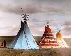 Red Stripe Tipi e os trovões Tipi. Acampamento Siksika. Montana. 1900s…