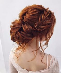 chignon en forme de queue de cheval désordonnée coiffures de mariage pour les cheveux longs
