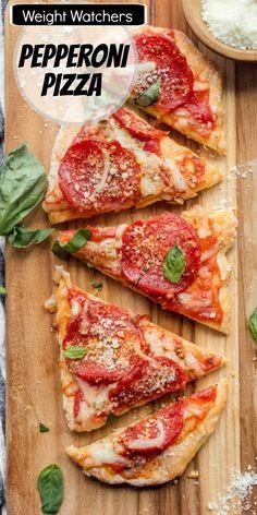 Weight Watchers Turkey Pepperoni Pizza recipe from RecipeGirl.com #weight #watchers #WW #weightwatchers #turkey #pepperoni #pizza #recipe #RecipeGirl Pizza Recipes Pepperoni, Turkey Pepperoni, Healthy Eating Recipes, Healthy Cooking, Fun Easy Recipes, Easy Meals, Thin Crust Pizza, Pizza Pizza, Weight Watchers Pizza