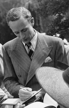 Leslie Howard: Practically Perfect in every way. Platonic ideal of a suit. Classic Movie Stars, Classic Movies, Vintage Hollywood, Classic Hollywood, Leslie Howard, Blonde Moments, Old Photography, Chicago, Music Film