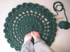 my world of wool: tutorial how to make a carpet with trapillo/zpagetti. Crochet Diy, Crochet Garland, Crochet Home, Love Crochet, Crochet Crafts, Yarn Crafts, Crochet Rugs, Knitted Rug, Chunky Crochet
