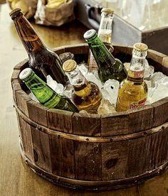 Peças antigas de família, como essa tina de madeira usada como cooler, são ótimas para dar bossa e personalidade à decoração. Conseguem um efeito que nenhum item incrível recém-saído da loja consegue dar