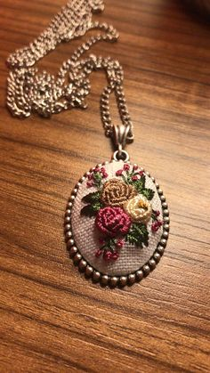 Hand Embroidery Flowers, Embroidery Jewelry, Embroidery Stitches, Ribbon Art, Costume Jewelry, Flower Arrangements, Needlework, Jewelery, Sewing Projects