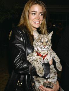 Denise Richards arrive avec son bobcat à une soirée au Studio 450 en 2000