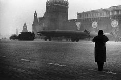 Magnum Festival – Great Photographs from Legends - 121Clicks.com. Russia. Moscow. Elliott Erwitt was covering the 40th anniversary of the Russian revolution for the American magazine Holiday. No foreigners were allowed to take part in the parade, but he managed to slip in behind a Soviet TV crew and home in on the Red Army's new intercontinental ballistic missiles. Photo By : Elliott Erwitt