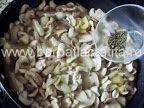 Tocăniţă de ciuperci cu pui | Rețete BărbatLaCratiță Stuffed Mushrooms, Chicken, Meat, Vegetables, Food, Stuff Mushrooms, Vegetable Recipes, Eten, Veggie Food