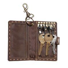 Schlüsseletui POMPEI Leder kaffeebraun - Max Leder. Wussten Sie, dass in POMPEI Schlüssel gefunden wurden, welche den heutigen Drehschlüssel sehr ähnlich sind? Dies ist der Grund, weshalb unsere Schlüsseltasche aus braunem Leder POMPEI heisst. Haben Sie gerne Ordnung und wollen nicht Ihre Schlüssel im ganzen Hause suchen müssen? Dann ist das Schlüsseletui Leder POMPEI genau das Richtige für Sie. Wallet, Chain, Eggs, Get Tan, Taschen, Handmade Purses, Chains, Diy Wallet, Purses
