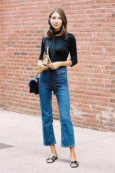 A calça cropped flare jeans vem marcando presença em looks de muitas fashionistas.