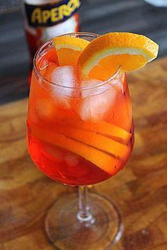 Come si prepara il Pirlo, lo Spritz bresciano: ricetta originale e abbinamenti. V8 Smoothies Recipe, Apple Smoothies, Smoothie Drinks, Sparkling Drinks, Cocktail Drinks, Cocktail Recipes, Alcoholic Drinks, Spritz Drink, Italian Cocktails