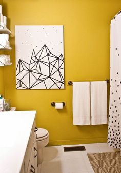 mur jaune moutarde dans une salle de bain immaculée