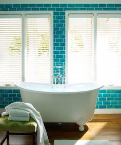 interessantes Design des Bades - freistehende Badewanne, Holzboden, Wandfliesen