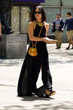 Vanessa Hudgens  com vestido longo preto e básico .