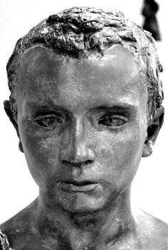 Mon Frère ou Jeune Romain par Camille CLAUDEL (1864-1943) vers 1884. Plâtre patiné. Collection privée en dépôt au musée Camille Claudel à Nogent-sur-Seine. Photo Hervé Leyrit