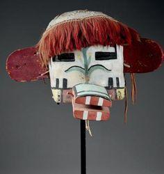 Masque heaume indeterminé «Grandfather» ? Hopi, Arizona, U.S.A, Cuir, pigments, bois, cordelette, crin de cheval Période de confection proposée: Circa 1920- 1930