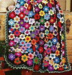 Ecco una coperta ripescata dai vecchi giornali degli anni 70...bellissima pero! sono tanti fiori colorati, tutti assemblati insieme e il tu...