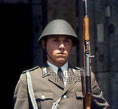 Soldat der NVA vor der Neuen Wache Unter den Linden in Berlin, 1976 Juergen/Timeline Images #1970er #Berlin #Ostberlin #DDR  #GDR #Ostdeutschland #EastGermany #NeueWache #Soldat #Soldaten #NVA #Helm #Uniform #Gewehr